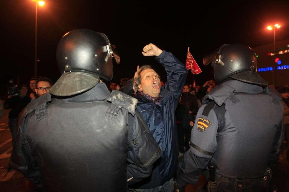 Protestas ante el mercado de abastos de Madrid.